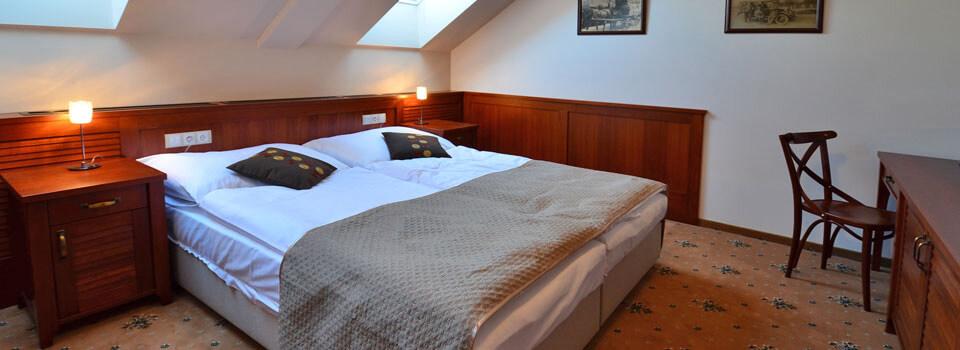 Pohled na jeden z pokojů v hotelu Tacl.